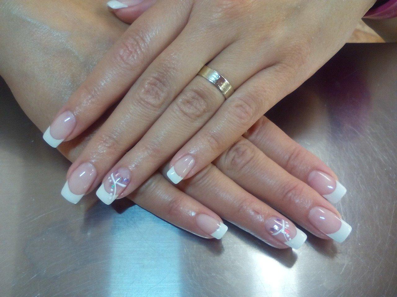 Curso de uñas acrílicas con personal capacitado